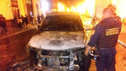 Vehículo se incendia en pleno centro histórico de Trujillo