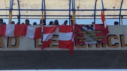 Chiclayo: profesores no desfilan y protestan por actos de corrupción