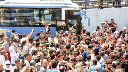 Más de 20,000 civiles huyen de zonas del Estado Islámico en el sur de Siria