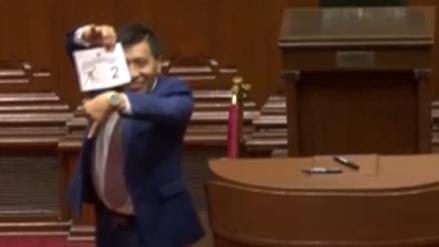 Moisés Mamani enseñó su reloj al emitir su voto para la Mesa Directiva