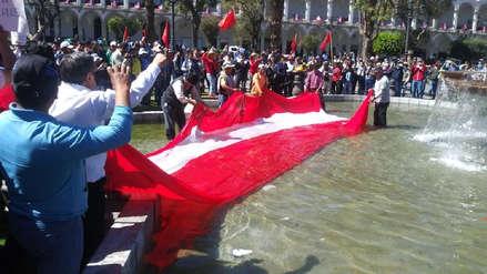 Sindicatos lavaron bandera peruana en pileta de la Plaza de Armas