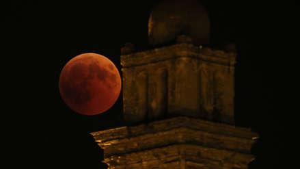 La Luna roja en imágenes: Así se vivió en África, Europa y Asia