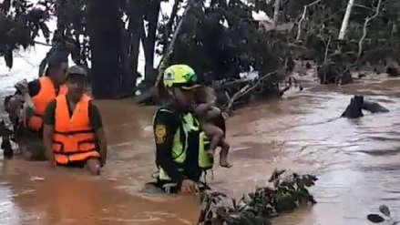 El llanto de un bebé rescatado de las aguas simboliza la catástrofe en Laos