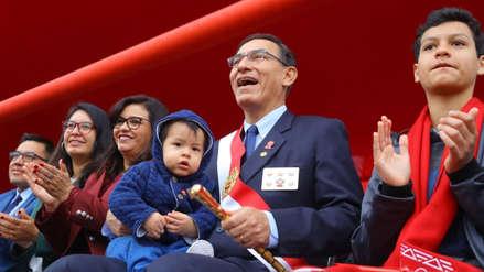 Martín Vizcarra rompió el protocolo y vio con su familia el Pasacalle Cultural previo a la Parada Militar