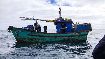 La Marina de Chile capturó dos pesqueros peruanos