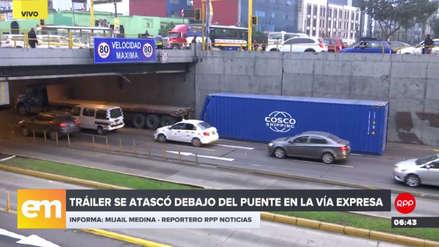 Un tráiler chocó con la parte baja del Puente 28 de Julio en la Vía Expresa