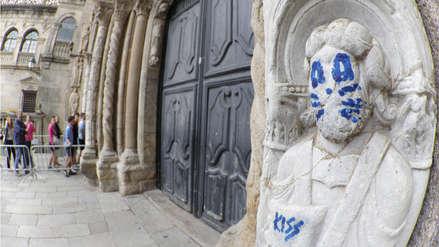 Escultura del siglo XII en la Catedral de Santiago de España apareció con pintas de Kiss
