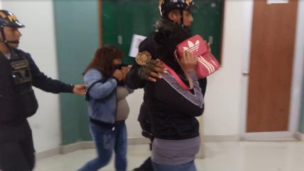 Detienen a mujeres por sustraer celular a pareja de extranjeros