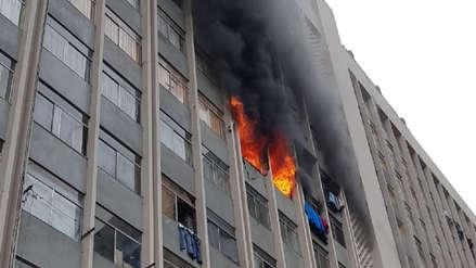 Bomberos controlaron incendio en edificio multifamiliar del Centro de Lima