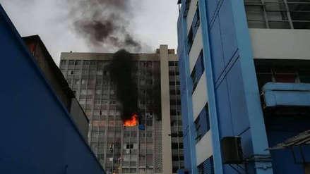 Las imágenes del incendio que afectó un edificio en el centro de Lima
