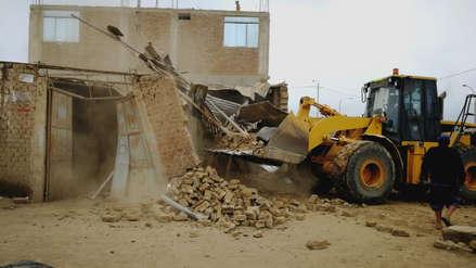 Derriban casas que invadían la vía pública en Trujillo