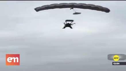 Ecuador | Alcalde se lanzó de un avión para sorprender a vecinos pero sufrió aparatosa caída