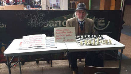 Chile | El hombre de 78 años que enseña ajedrez gratis a los niños