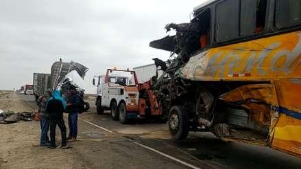 Dos muertos tras choque de bus y camión en carretera a Mórrope