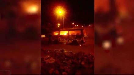 Extorsionadores queman combi de transporte público en Trujillo