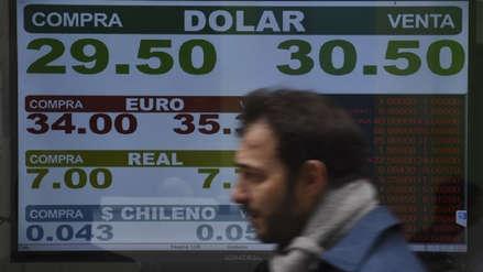 Argentina sube tasa de interés al 45 % para frenar al dólar