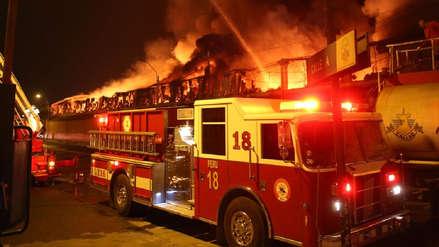 Los bomberos controlaron un incendio en galería de Jirón Puno