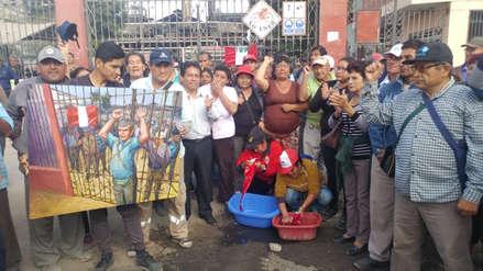 Trabajadores de empresa Tumán se encadenan y lavan banderas