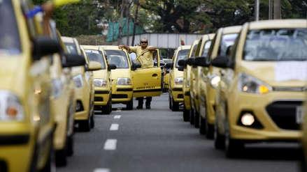 Colombia | Conductor de taxi por aplicativo busca a un hombre que olvidó US$ 5,000 en su auto