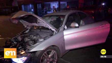 Un automóvil se estrelló contra un árbol, un semáforo y un poste en San Isidro