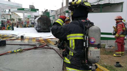Un bombero resultó herido cuando atendía incendio de camión cisterna en grifo