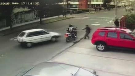 Conductor arrolló a delincuentes que asaltaron a un peatón en Bogotá
