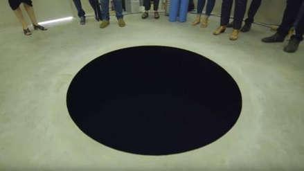 Un hombre cayó dentro de una obra de arte abstracto en un museo de Portugal