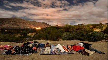 Venezolanos duermen a la intemperie en carreteras ecuatorianas en su camino a Perú