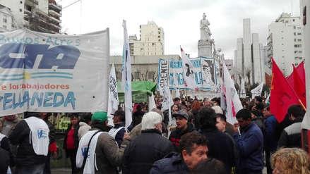Cientos de argentinos se manifiestan contra los ajustes económicos y sociales de Mauricio Macri