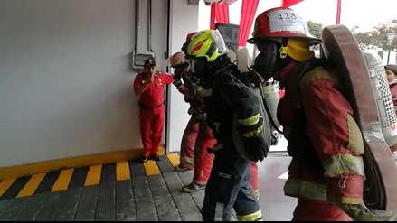 Bomberos entrenan subiendo edificio de 13 pisos ante incendios