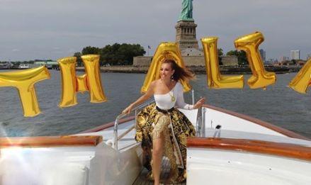 Thalía celebra 47 años paseando con su piñata Tikitiki en un yate por Nueva York [FOTOS Y VIDEOS]