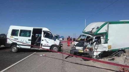 Dos muertos y ocho heridos deja choque de camión con minivan