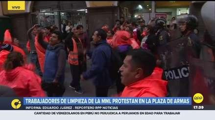 Trabajadores de limpieza de la Municipalidad de Lima protestaron en la Plaza de Armas