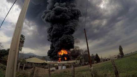 Incendio en un almacén de neumáticos generó una gran columna de humo tóxico en Chile