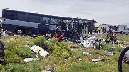 Al menos cuatro muertos y decenas de heridos tras accidente entre bus y trailer en EE.UU.