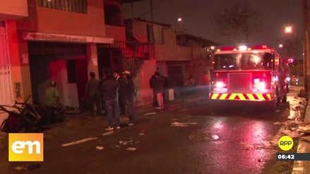 Un incendio consumió un almacén de materiales reciclados en San Juan de Miraflores