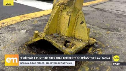 Un semáforo quedó a punto de caer en la avenida Tacna tras ser impactado por un auto