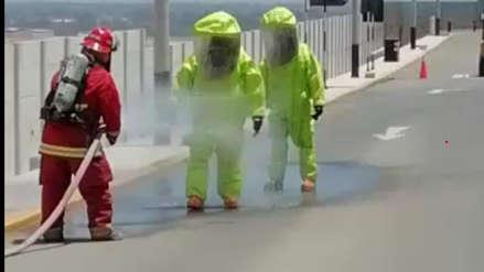 Bomberos controlan derrame de ácido sulfúrico en planta industrial de Reque