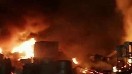 Bomberos controlan incendio en almacenes de Emape en Surco