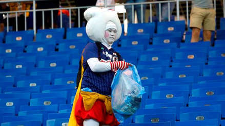 Hinchas de Senegal y Japón compiten en los Premios The Best por limpiar los estadios