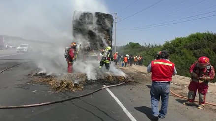 Tráiler cargado de paja se incendia en Panamericana Norte