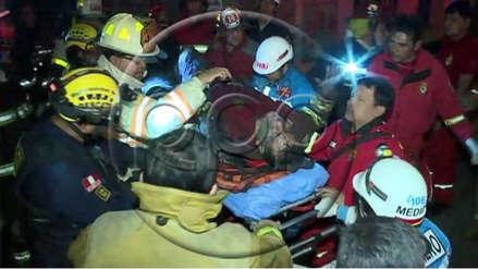 Tres bomberos resultaron heridos tras colapso de techo durante incendio en Barrios Altos