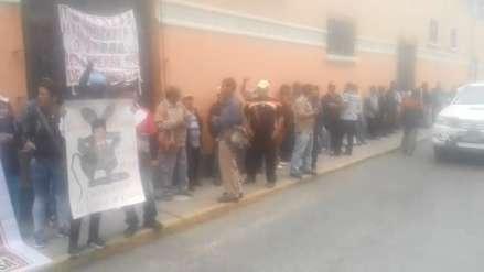 Tumán   Trabajadores protestan en salas civiles por administración de empresa