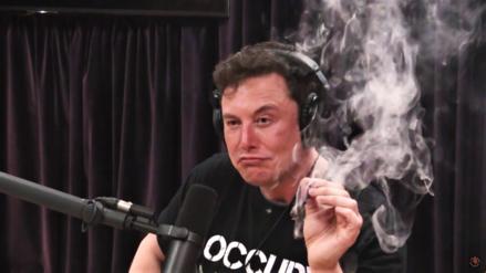 Elon Musk aparece en un podcast hablando de un avión eléctrico mientras fuma marihuana