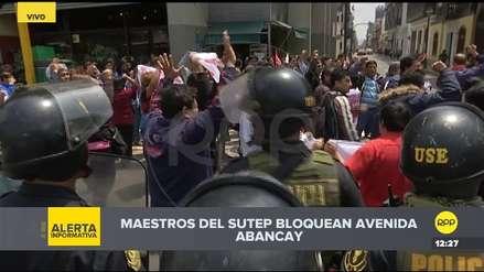 Profesores del Sutep protestaron frente al Congreso y bloquearon avenida Abancay