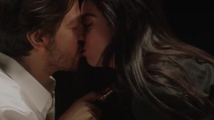 Mon Laferte y su 'beso' a Diego Luna en el videoclip de su nuevo tema