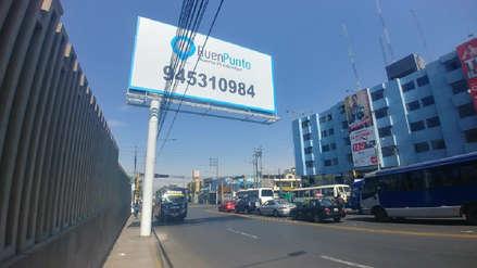 Municipio dispone retiro de panel publicitario instalado en acera