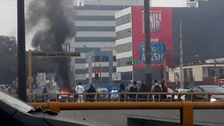 San Borja: auto se incendió en el cruce de las avenidas Javier Prado con San Luis