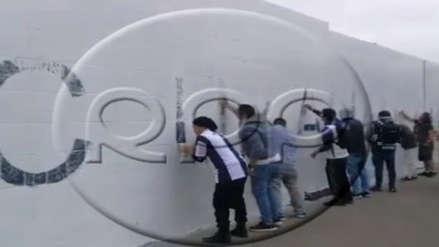 Barristas de Alianza Lima realizan la limpieza de paredes de Matute