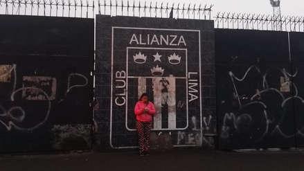 Vecinos cuidan el último escudo de Alianza Lima para que no sea borrado